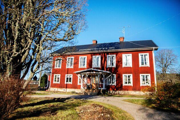 Boningshuset från 1856 med sina många fina fönster, har nu äldste sonen tagit över.