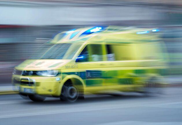 En person omkom sedan han fått en traktor över sig på en gård utanför Falköping. Arkivbild.