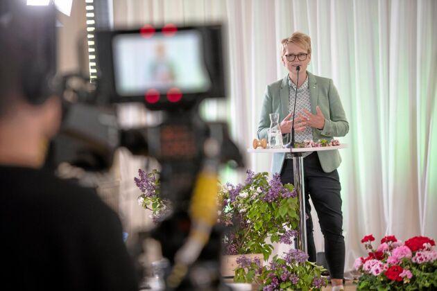Debut. Det blev ett annorlunda första stämmotal för Anna-Karin Hatt. Hon talade bland annat om hur hon, flickan från Mosshult, via en omväg över riksdagen, landat här i LRF för att ha förmånen att vara med och leda svenskt lantbruk in i framtiden.