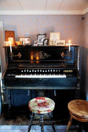 Uppe på orgeln står foton på Dan Andersson, Olga och dottern Monika, plus ett foto på Marias farmor.