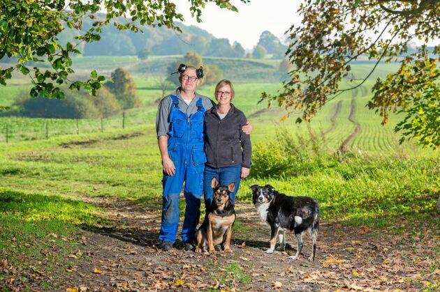 Henric och Maria Irbladh erbjuder grön rehab på skånska Kongagården. Här med hundarna Flap och Skutt.