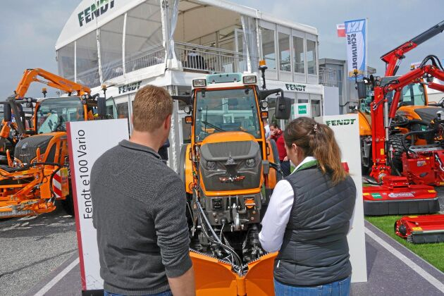 Förutom grönyteskötsel kan traktorn även användas med plogblad.