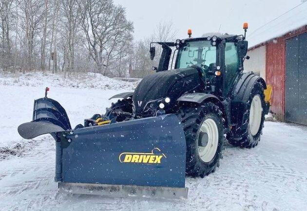 Det här är en riktigt fin maskin och den går som en dröm. Valtra T234 Direct med Drivex 3,70 meters blad och traktorn har gått 730 timmar och tre snöpass än så länge. Vi får hem en ny T194 Versu vilken dag som helst. Så nu ser man fram emot vårbruket, meddelar Tobias Olander hoppfullt.