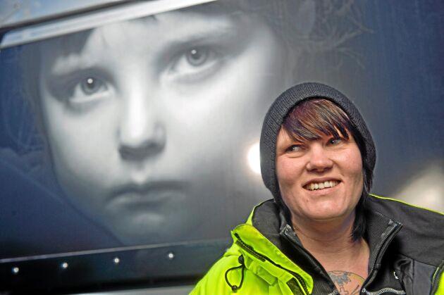 Virpi Tuominen körde 90-tonnare 2013-2014 då hon flyttade upp från Södertälje. I bakgrunden syns porträtt på ortsbefolkning som bor längs vägen som pryder alla bilar och släp.