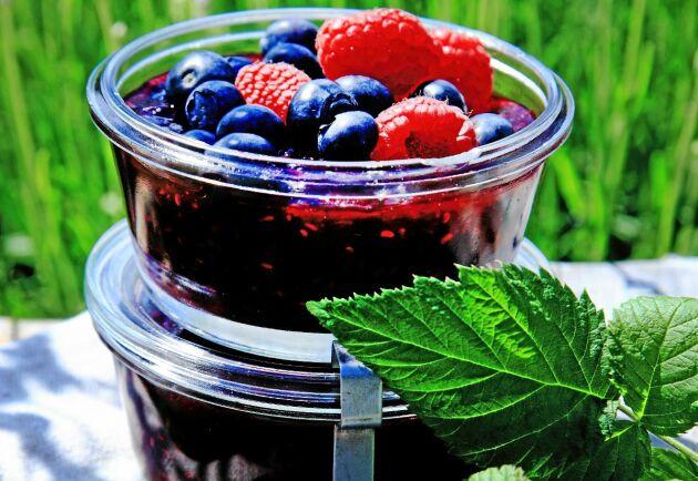 Ställ fram en burk med hemlagad drottningsylt. Njut till pannkakor, ostkaka, i yoghurten eller till en god vaniljglass.