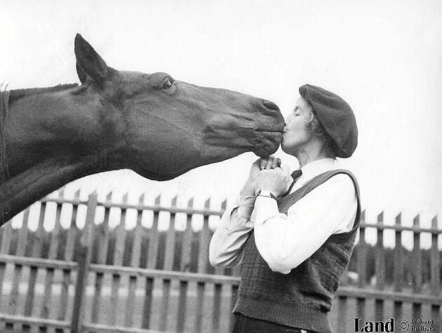 Hellre djur än människor, tyckte den folkskygga Signe Björnberg som sålde miljonupplagor under namnet Sigge Stark. I år skulle hon ha fyllt 125 år. På bilden från 1943 är hon 47 år. Foto Sjöberg Bildbyrå