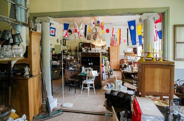 Antikffären har allt från retro till 1800-tal och ligger i anslutning till caféet.
