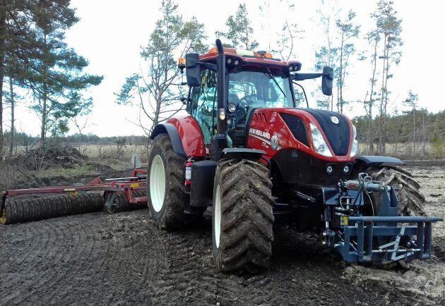 Välputsad traktor i Burs, på Gotland.