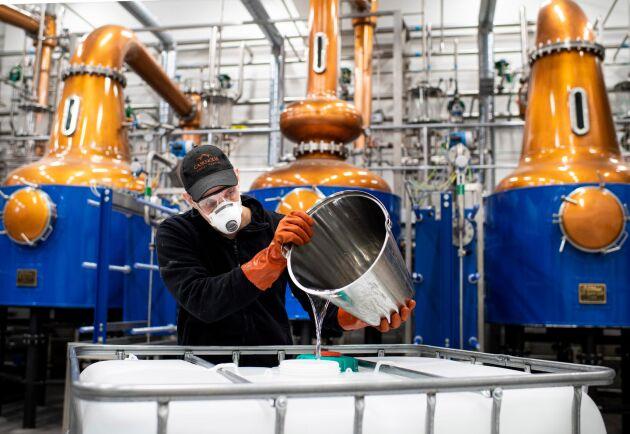 Whiskydestilleriet Agiator, med delägaren Oskar Bruno, är ytterligare ett företag som ställer om delar av sin produktion för att göra handsprit i stället. Detta efter förfrågan från företag i Mälardalen.