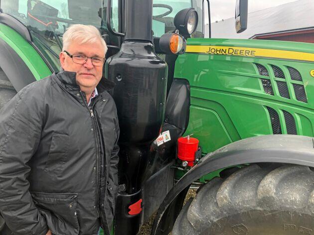 """""""Tanken från början var att få en kundkrets på fyra mils radie så jag kunde behålla gården. Nu jobbar vi över hela Skandinavien och gården står idag för fyra till fem procent av omsättningen"""", säger Mikael Thorsell, som äger Rovab, här bredvid företagets påbyggnadsfilter som renar traktorns transmissions- och hydraulolja."""