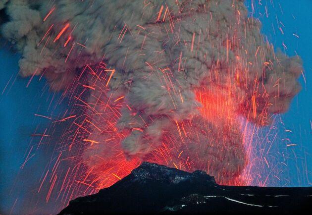 Vulkanen Eyjafjallajökull på Island under utbrottet 2010. Tre massiva vulkanutbrott på 500-talet anses ha orsakat en kollaps för jordbruket globalt.