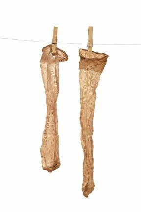 Bäst skydd får du med hela strumpbyxor, men knästrumpor går bra det med.