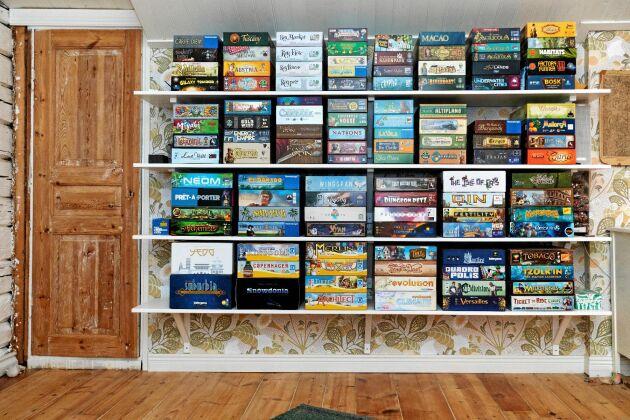 En av de tre bokhyllorna med totalt 400 sällskapsspel.