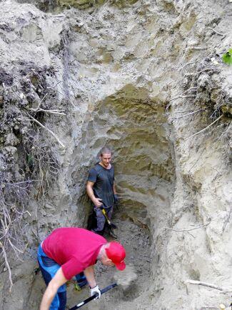 12 meter ner i marken satt Alva fast i grytet. För hand tog man sig närmare och närmare hunden.