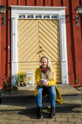 Anna-Carins favoritplats är på trappan framför de gula dubbeldörrarna, i vårsolen.