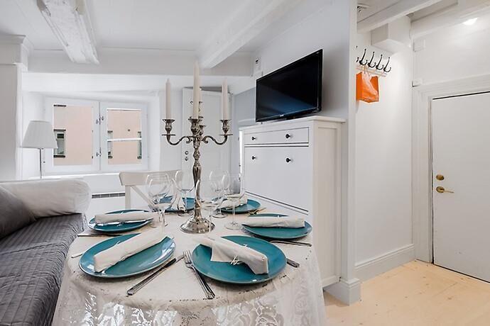 Sex personer runt bordet, finns det hjärterum så finns det stjärterum. Dörren som skymtar till höger är bara 150 cm hög.
