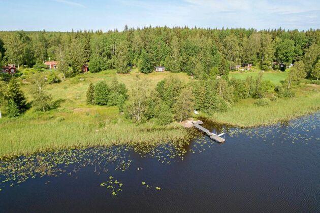 Från stugtomten blickar du ut över sjön Rölen.