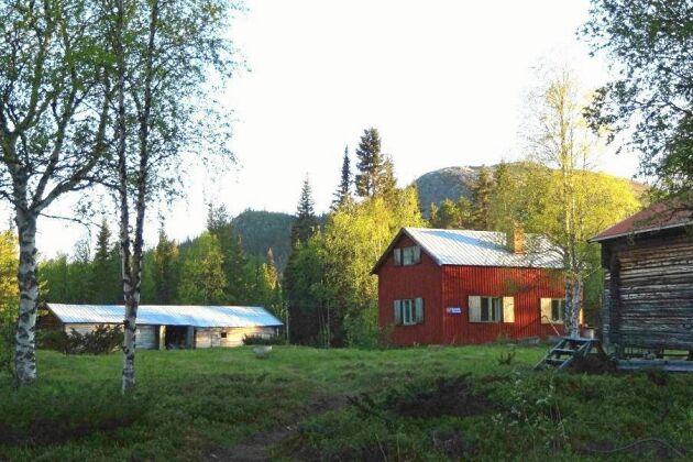 Utöver boningshuset finns flera andra hus på tomten.