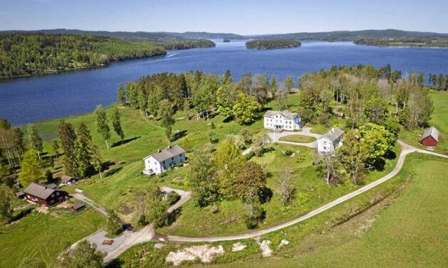 Systrarna Hebbes barndomshem, Skäggebols gård, ligger i södra änden av Glafsfjorden.