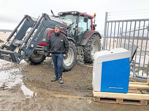 """""""Det går inte fort"""", säger Henrik Olsson, projektledare på Rise, när han tankar traktorn."""