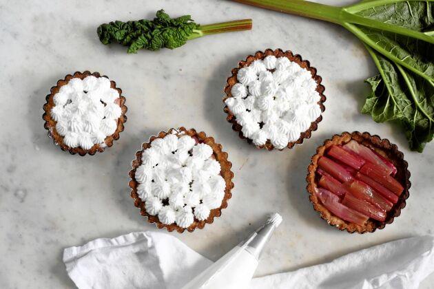 Du kan göra pajen antingen i åtta små formar eller i en stor. Blir lätt en sommarfavorit.