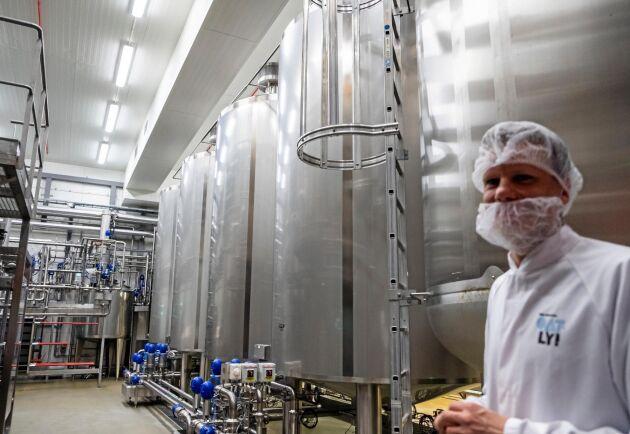 Kultur. Numera har Oatly även fermenterade produkter. I de här tankarna syras havrebasen med en bakteriekultur till yoghurtliknande produkter.