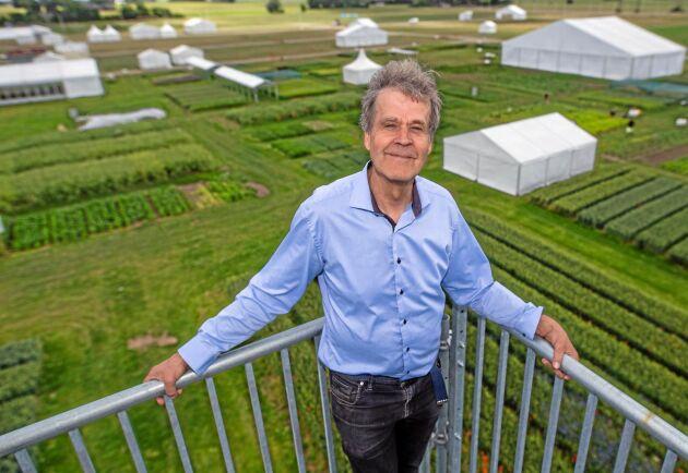 Erik Stjerndahl tycker fortfarande att det är lika roligt att gå till jobbet efter nästan 40 år. Här är han uppe i utkikstornet på Borgeby Fältdagar sommaren 2018.