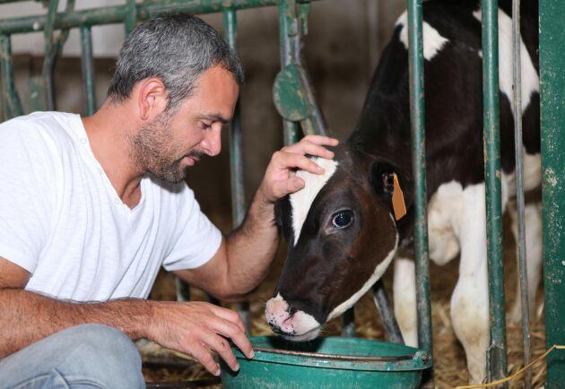 Det är svårt att hitta utbildad personal för många företagare i de gröna näringarna. Ett av de yrken där det saknas arbetskraft är djurskötare till lantbruken.