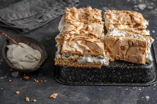 Pinocchiotårta med botten av både sockerkaka och maräng.
