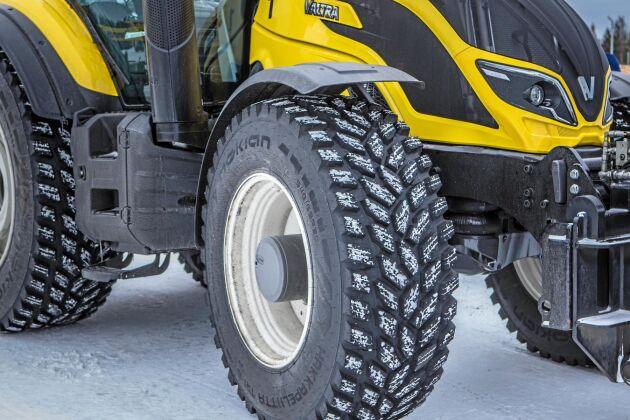 Dubbfria däck från Nokia Hakkapeliitta har suttit på traktorerna för att inte slita på asfalten.
