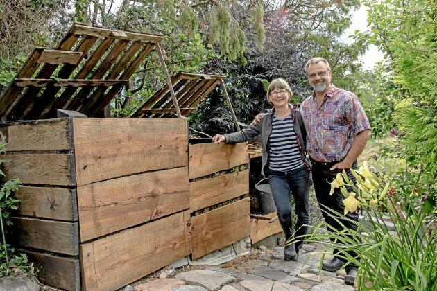 Agneta och Lars Andersson visar sin fina kompostanläggning, hjärtat i det kretslopp där rester från kök och hönsgård går tillbaks till odlingarna som kompostjord.