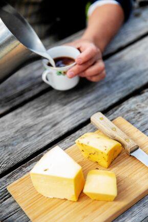 Nykokt kaffe och ostar från Annas och Jerks nystartade Valkulla mejeri.