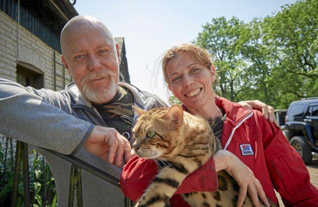 Jeanette och Robert med sin prisvinnande bengal Sebastiano.