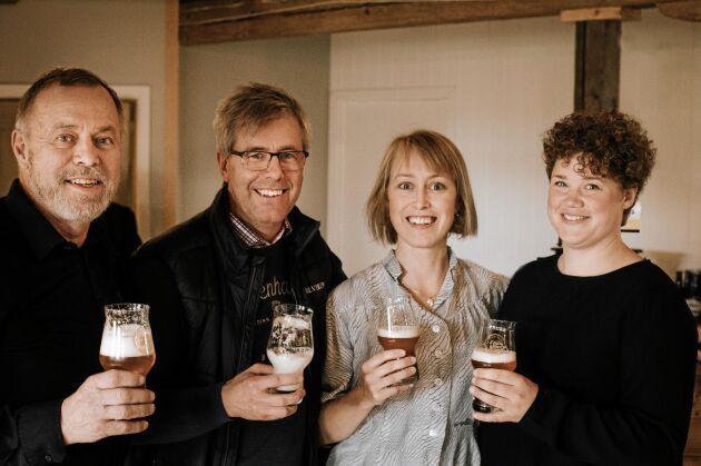 Öl är basen för grannarnas samarbete i Ydre. De tre kompanjonerna Peter, Elin och Elina och längst till vänster även Elinas sambo Tobias.