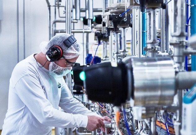 På Arla arbetar 1300 personer inom produktionen. Knappt fem procent är utbildade mejeritekniker och på sikt vill Arla öka den andelen till tio procent.
