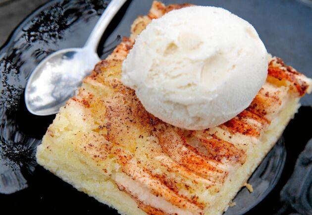 Vångas underbara äppelkaka smakar allra bäst med en klick vaniljglass.