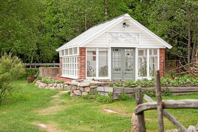 Det tredje och nyaste växthuset är beläget i trädgårdens bortre del. Grinden blev resultatet efter en inspirerande Menorcaresa där Birgitta såg vackra grindar gjorda av krokiga olivgrenar.