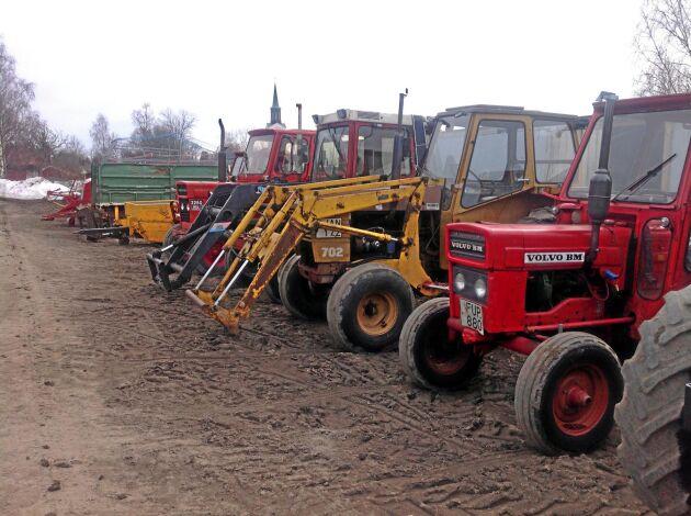 Traktorerna står på rad inför gårdsauktionen.