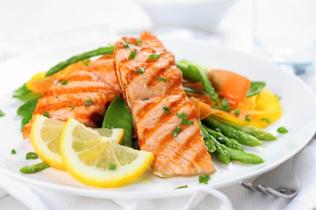 Njut av lax och annan fisk lite oftare. Det är gott och fullt av viktiga näringsämnen som selen, D-vitamin och omega 3.