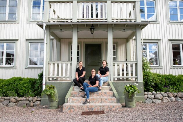 Systrarna växte upp i släkthuset, som ligger granne med gårdskaféet.