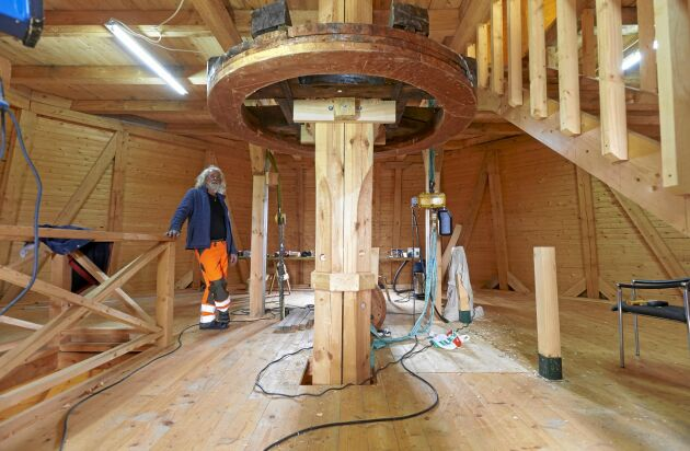 Det tog tid att hitta ett sågverk som klarade så grova stockar som i hisstrumman till kvarnen.