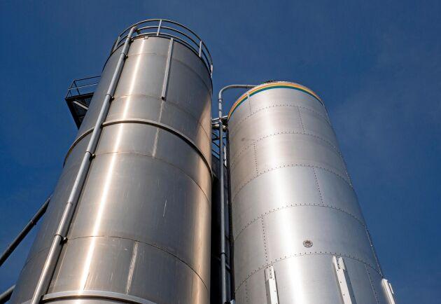 Gården har tre silos för spannmål, den tredje är till för lagring av åkerböna och den skaffade man när gården gick över till ekologisk mjölkproduktion.