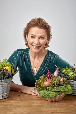 Annika Unt gör vackra buketter och bordsdekorationer av frukt, bladgrönt och grönsaker.