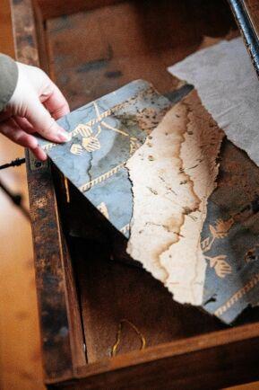 Under masoniten satt lager på lager av tapeter från olika tidsepoker. Vissa ska paret köpa nytillverkade kopior av.