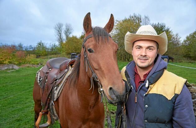 Moreno Söderlund lever för och av sina hästar. Han är både hovslagare och en av landets främst westernryttare.