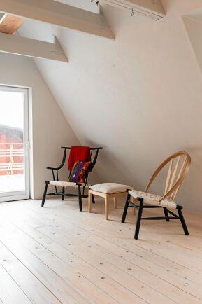 Två av parets fåtöljer vars enkla skönhet och praktiska funktion gör dem till storsäljare bland möbelkännare.