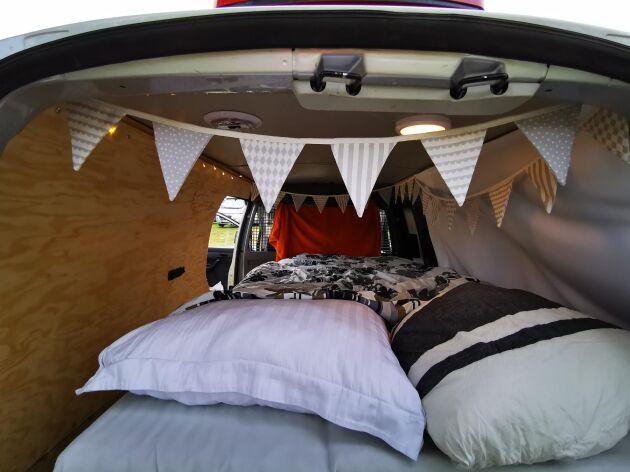 Sängen i husbilen är mjuk och skön med madrass och kuddar och fungerar även som dagbädd.
