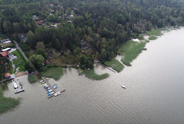 Strandnära bebyggelse vid sjön Mälaren.