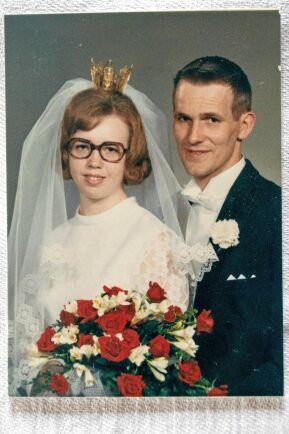 1971. Lennart hade tagit över gården tre år tidigare, under en riktig svacka för det svenska lantbruket, när han och Margareta gifte sig. Med arbete och kärlek byggde de upp företaget och livet.