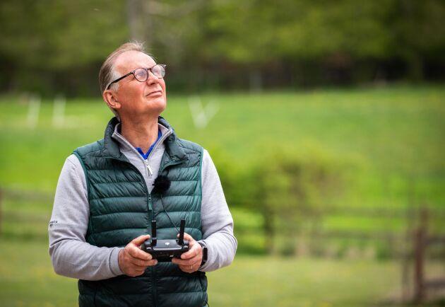 Drönarveteran. Rudolf Thornerhjelms erfarenhet och engagemang i tekniken har lett till att han nu sitter i styrelsen för drönarutbildningen i Ljungbyhed och har studenter på praktik på gården.